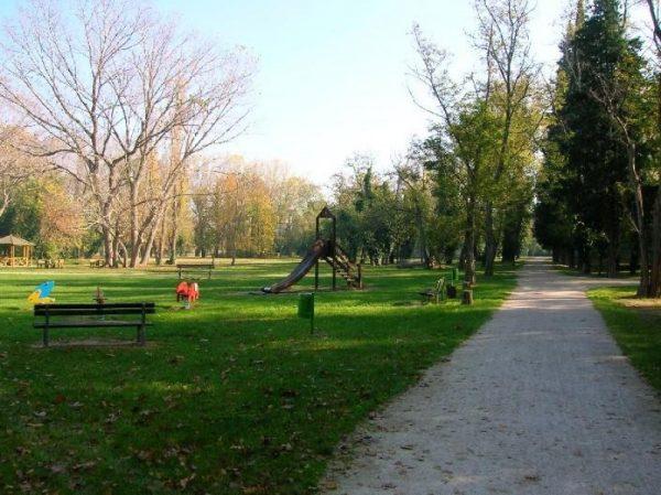 Дорожка вдоль зеленой зоны с игровой площадкой в парке Мареккья