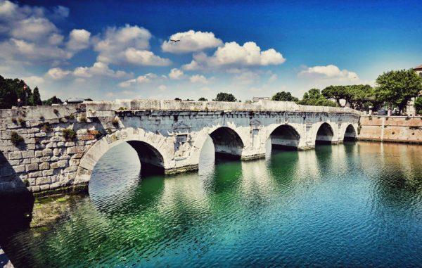 Древний мост Тиберия в Римини