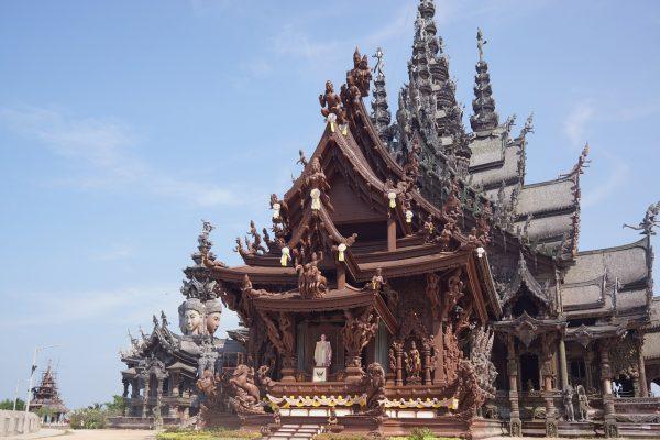 Фасад храма «Святилище Истины» в Паттайе