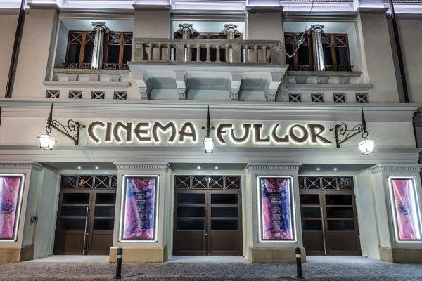 Фасад здания кинотеатра, расположенного во дворце Валлони