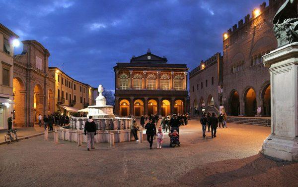 Фонтан и здания дворцов на площади Кавур
