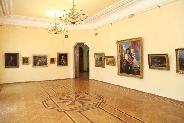 Зал художественныого музея Краноярска