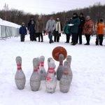 Игра в кегли на празднике «День снега»