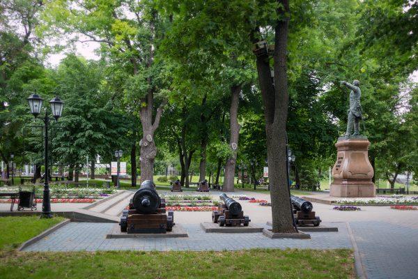 Скульптура Петру I в Петровском сквере Приозёрска