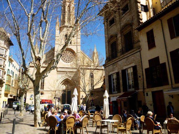 Кафе перед церковью святой Эулалии