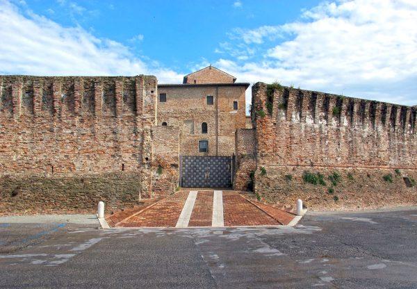 Каменные стены замка Сизмондо