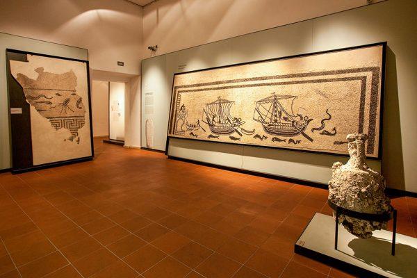 Картины и экспонаты в городском музее Римини