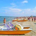 Катамараны и люди на берегу пляжа