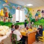 Комната для мастер-классов и детских обедов в центре «Детский рай»