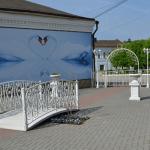 Кованный мостик на площади у входа в сквер