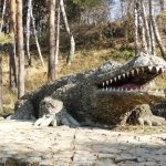 Каменный крокодил в Долине роз