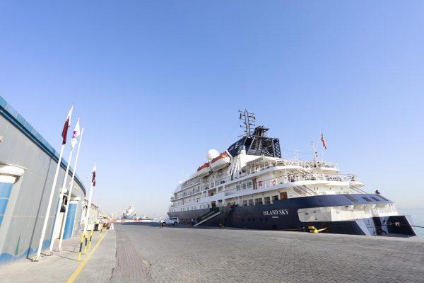 Круизный лайнер у причала Дохи