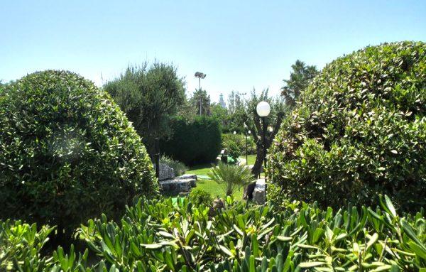 Кустарники и деревья в парке Альчидо Черви