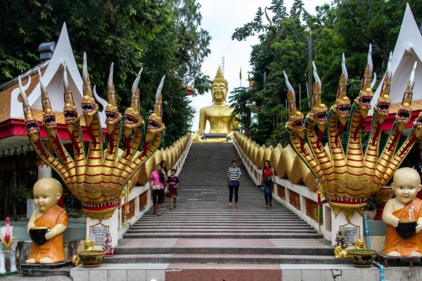 Лестница к храму и статуе Большого Будды