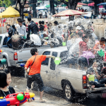 Люди обливаются водой из ведер