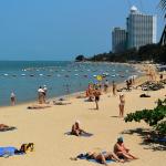 Люди отдыхают на пляже Вонгамат