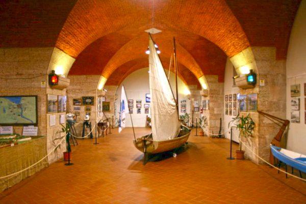 Макет парусника и морские экспонаты в музее рыбалки