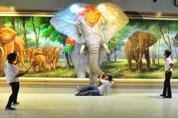 Молодые люди возле 3D картины в галерее «Art in Paradise»