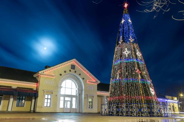 Новогодняя ёлка на Привокзальной площади Феодосии
