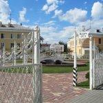 Оригинальные кованные ворота со входом в сквер