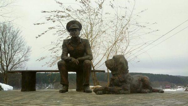 Мемориал участковому и псу Цезарю из сериала «Участок»