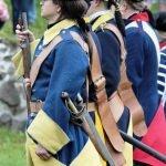Реконструкторы в жёлто-синих мундирах