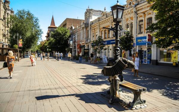 Памятник саратовской гармошке на проспекте Кирова