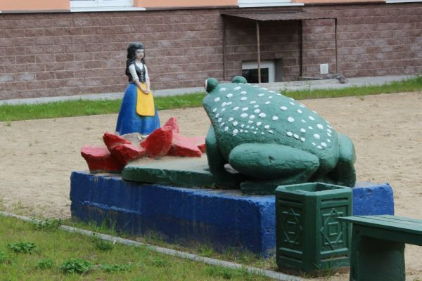 Памятник героям сказки «Дюймовочка»