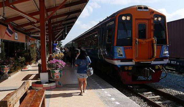 Поезд 2-го класса на станции Паттайя