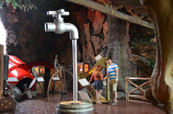 Посетители музея рассматривают необычные экспонаты