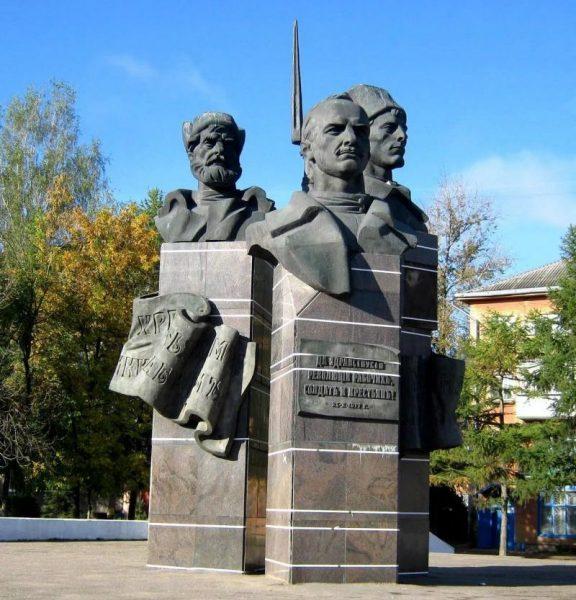 Памятник «Три головы» в Ржеве