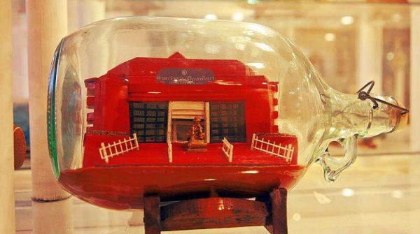 Миниатюра здания в бутылке