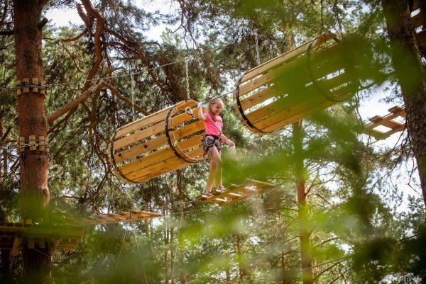Девочка на тропе Тарзана в Стропской базе отдыха