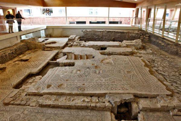 Фрагменты мозаичных полов, обнаруженные при раскопках дома хирурга