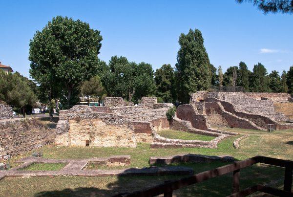 Руины древнего амфитеатра в Римини