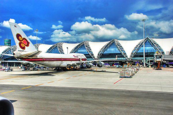 Самолёт компании в аэропорту