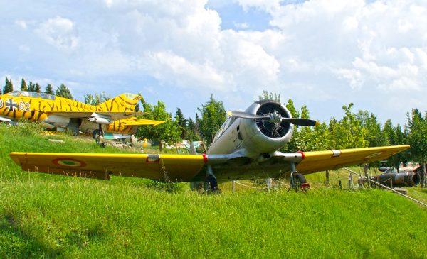 Самолёты на зелёном холме