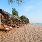 Шезлонги на песчаном берегу пляжа Джомтьен