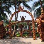 Скульптуры из цветочных горшков в парке