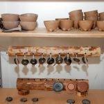 Стенд со свежеиспечёнными изделиями в центре гончарного искусства