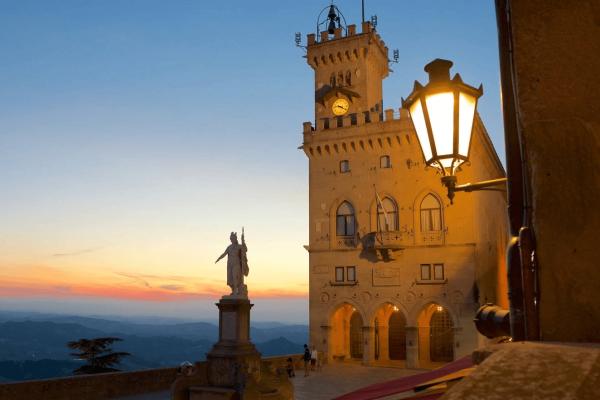 Стены и башня Народного дворца в Сан-Марино