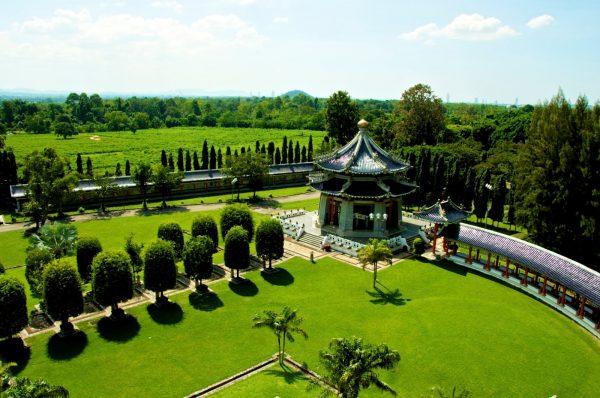 Территория парка Трёх Королевств с пагодой и аллеей деревьев