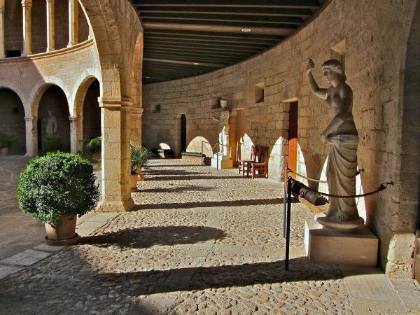 Внутренний двор замка Бельвер