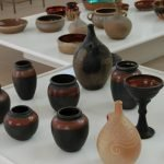 Выставка керамических изделий в центре гончарного искусства