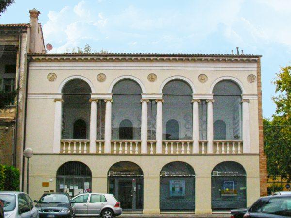 Здание дворца Ричарелли с огромными полукруглыми окнами