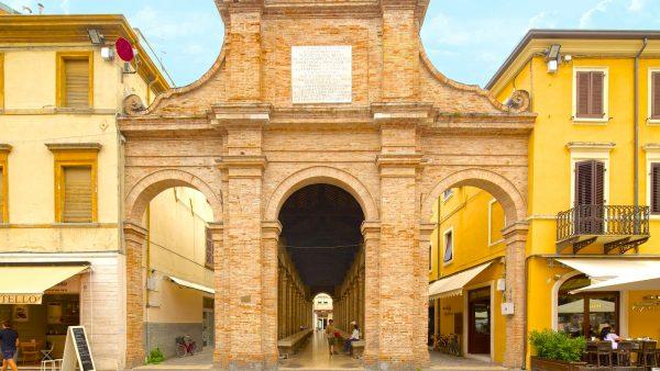 Древнее здание с арками и крытой галереей