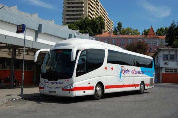 Автобус на автовокзале Лиссабона
