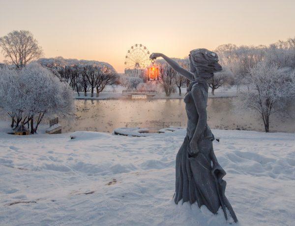 Скульптура «Бегущая по волнам»