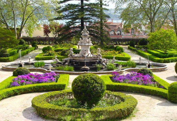 Цветочные клумбы, кустарники и деревья в ботаническом саду Ажуда