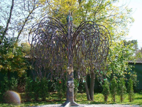 Скульптура «Дерево верности»